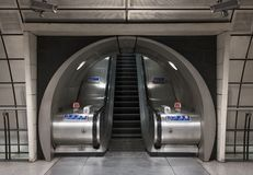 Binnenland van de Ondergrondse Post van Southwark, Londen die roltrappen in tunnel tonen stock fotografie