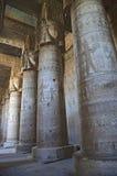 Binnenland van de oude tempel van Egypte in Dendera Stock Foto's