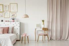 Binnenland van de pastelkleur het roze slaapkamer stock foto