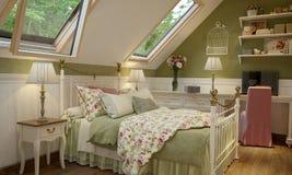 Binnenland van de slaapkamer in de groene stijl van de Provence stock afbeeldingen