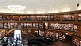 Binnenland van de Stadsbibliotheek van Stockholm stock videobeelden