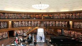 Binnenland van de Stadsbibliotheek van Stockholm stock video
