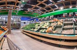 Binnenland van de supermarkt Lenta Verse Groenten en Vruchten Royalty-vrije Stock Afbeelding