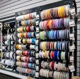 Binnenland van de Textiel gekleurde winkel van de Weefselstof met multi Stock Afbeeldingen