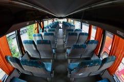 Binnenland van de toeristenbus voor excursies en lange reizen Heel wat vrije zetels en plaatsen voor kleine bagage royalty-vrije stock foto