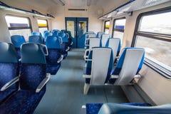 binnenland van de treinauto met lege zetels stock foto's