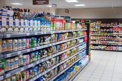 Binnenland van de typische supermarkt van Moskou in Moskou Royalty-vrije Stock Foto's