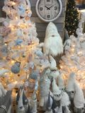 Binnenland van de winkel van huisartikelen met Kerstmisdecoratie Stock Fotografie