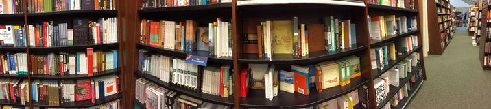 Binnenland van een aardige boekhandel Stock Foto