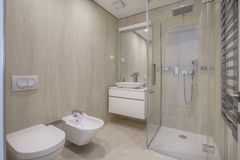 Binnenland van een badkamers in heldere kleuren in een luxevilla royalty-vrije stock fotografie