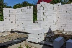 binnenland van een buitenhuis in aanbouw Plaats waarop de muren van gas concrete blokken worden gebouwd stock fotografie