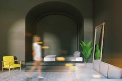 Binnenland van een comfortabele grijze slaapkamer, vrouw Stock Afbeeldingen