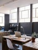 Binnenland van een contemporay ontwerpstudio zonder personeelsleden royalty-vrije stock foto's
