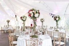 Binnenland van een decoratie van de huwelijkstent klaar voor gasten Gediend om banketlijst openlucht in markttent verfraaide bloe royalty-vrije stock foto's