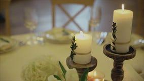 Binnenland van een decoratie van de huwelijkszaal klaar voor gasten Kaarsen op Lijst Mooie ruimte voor ceremonies en huwelijken stock videobeelden