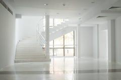 Binnenland van een gebouw met witte muren Royalty-vrije Stock Foto's