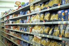 Binnenland van een goedkoop supermarktidee Stock Foto's