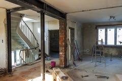 Binnenland van een huis in aanbouw Vernieuwing van een apartme royalty-vrije stock afbeeldingen