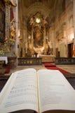 Binnenland van een katholieke kerk royalty-vrije stock fotografie