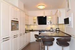 Binnenland van een keuken-dinerende ruimte in lichte tonen Stock Fotografie