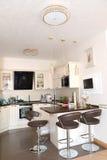 Binnenland van een keuken-dinerende ruimte in lichte tonen Stock Afbeelding