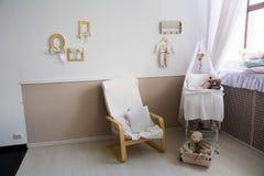 Binnenland van een kinderdagverblijf met een voederbak voor een baby stock foto's