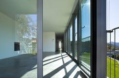 Binnenland van een lege ruimte, een woonkamer Een grote witte muur met een open haard in het midden royalty-vrije stock fotografie