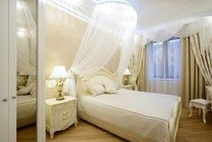 Binnenland van een luxeslaapkamer stock foto's
