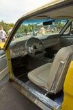 Binnenland van een mening van een gele Mustang van Ford Stock Afbeeldingen