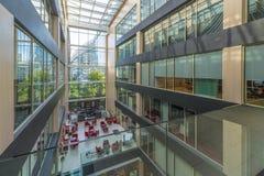 Binnenland van een modern prestigieus bureaugebouw Stock Fotografie