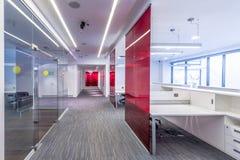Binnenland van een modern prestigieus bureaugebouw Stock Afbeelding