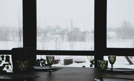 Binnenland van een modern restaurant van het land Mening van het de winterlandschap royalty-vrije stock afbeeldingen