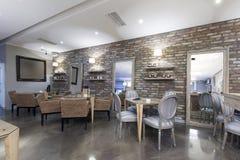 Binnenland van een moderne hotelkoffie met steenmuur Stock Fotografie