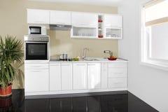 Binnenland van een moderne keuken, houten meubilair, eenvoudig en schoon Stock Afbeeldingen
