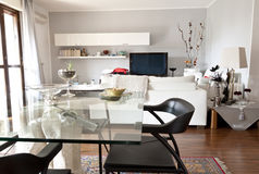 Binnenland van een moderne ruimte, een glaslijst en een TV Stock Afbeelding