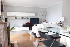 Binnenland van een moderne witte zitkamer, kristallijst Royalty-vrije Stock Afbeeldingen