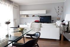 Binnenland van een moderne zolder, een kristallijst en een stoel Stock Afbeeldingen