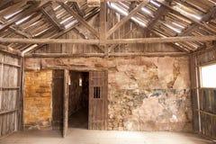 Binnenland van een oud blokhuis stock afbeelding