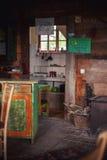 Binnenland van een Oud Houten Servisch Huis Stock Afbeelding