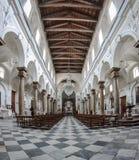 Binnenland van een oude kerk met marmeren kolommen Stock Foto