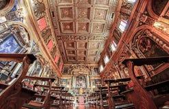 Binnenland van een oude kerk met overladen plafond Royalty-vrije Stock Afbeeldingen