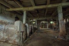 Binnenland van een oude, rottende schuur. Royalty-vrije Stock Fotografie
