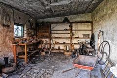 Binnenland van een oude vuile garage stock fotografie