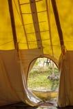 Binnenland van een tent die uitgaand kijken Stock Afbeeldingen