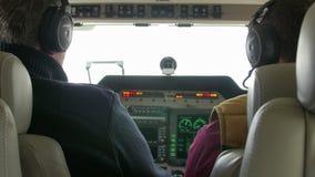 Binnenland van een tweelingmotorvliegtuig tijdens een testvlucht over de internationale Delta van luchthavendonau stock footage