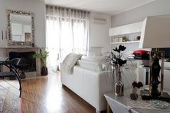 Binnenland van een woonkamer, een laag en een spiegel Royalty-vrije Stock Fotografie