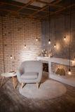 Binnenland van een zolder, woonkamer, eettafel Stock Afbeeldingen