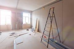 Binnenland van flat tijdens bouw, het remodelleren, vernieuwing, uitbreiding, restauratie en wederopbouw - ladde royalty-vrije stock afbeeldingen