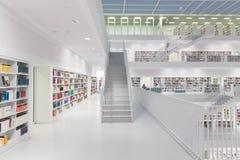 Binnenland van futuristische Bibliotheek in wit Stock Foto