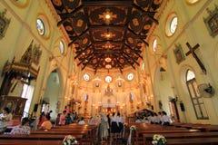 Binnenland van Geboorte van Christus van Onze Dame Cathedral met gloeiende gloeilampen lichte toon Stock Afbeelding